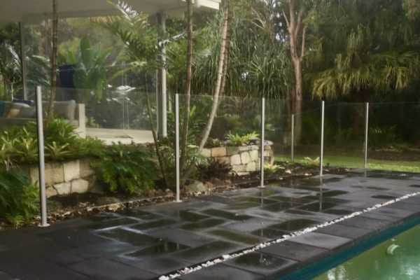 tom-robinson-living-landscapes-noosa-outdoor-glass-fencing-paving