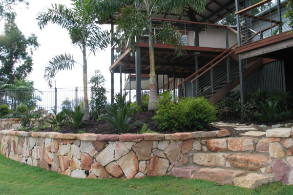 tom-robinson-living-landscapes-noosa-retaining-wall-stonework-43