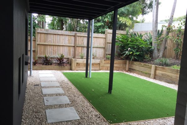 tom-robinson-living-landscapes-noosa-sunshine-beach-hill-street-backyard-steppers-synthetic-turf-retaining-wall-after-12