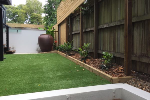 tom-robinson-living-landscapes-noosa-synthetic-turf-feature-pot-back-1