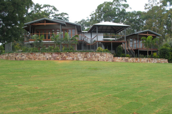 tom-robinson-living-landscapes-noosa-turf-retaining-wall-stonework-fencing-45