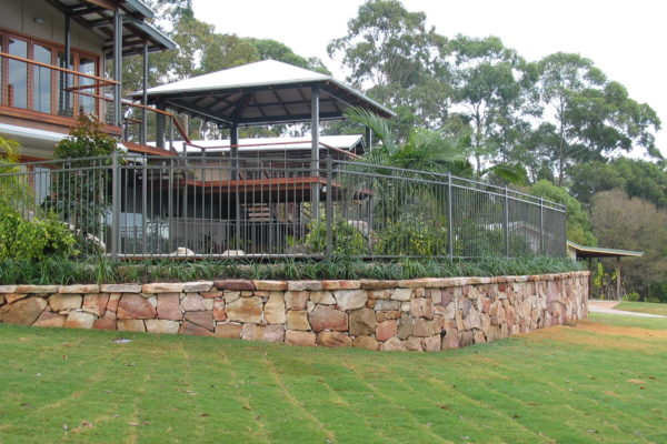 tom-robinson-living-landscapes-noosa-turf-retaining-wall-stonework-fencing-48